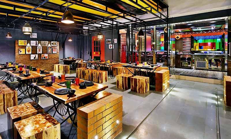 Proyecto de mobiliario de restaurante con temática ecológica por FurnitureRoots Oren Foods Restaurant, Vadodra 1