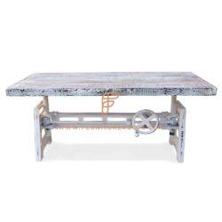 In hoogte verstelbare eettafel met schraagpoten en houten blad in witte distress afwerking