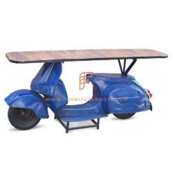 Op scooters geïnspireerde consoletafel met massief houten blad