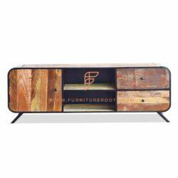 geborsteld hout en gebeitst entertainmentmeubel met zwarte metalen hints