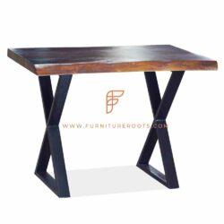 table en bois avec piètement en fonte pour usage extérieur