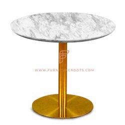 moderne restauranttafel met marmeren tafelblad en vergulde gegalvaniseerde tafelvoet