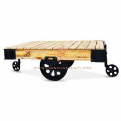 steampunk wielen in massief metalen zwenkwielen en teruggewonnen houten tafelblad