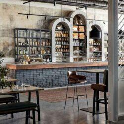 Metalen bar met bakstenen basis voor een café met een industrieel thema