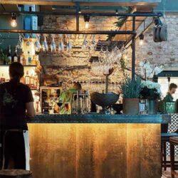 Balcão de bar personalizado por FurnitureRoots para Kattholmen Restaurant Suécia