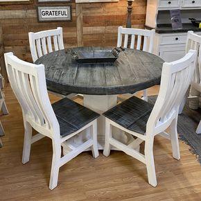 kleine, runde Esstischplatte mit weißen Stühlen