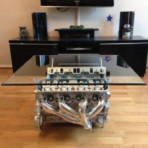 mesa de café montada en la parte superior de un bloque de motor