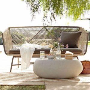 кресло у бассейна в отеле с журнальным столиком при дневном свете