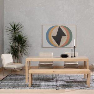 minimalistischer Esstisch aus Holz in hellem Hintergrund