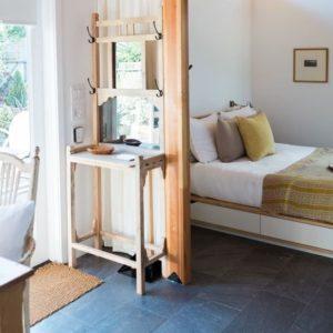 acogedora y cómoda casa de huéspedes con cama simple y mesitas de noche
