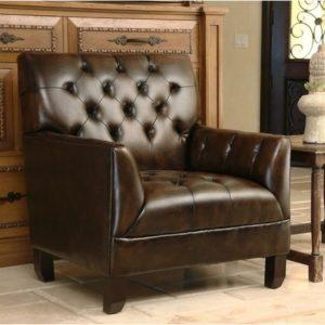 коричневое кресло перед шкафом из темной кожи