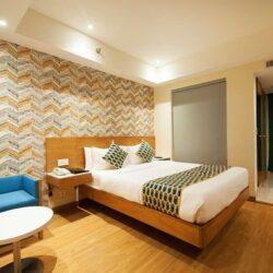 wirtschaftliche und einfach aussehende Möbel in einem Budget-Hotel