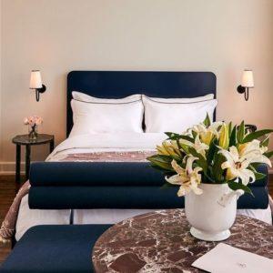 habitación decorada con mármol y muebles de madera