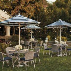 Tische und Stühle im Hotelgarten