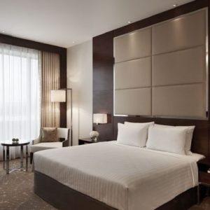 Meubles en bois simples dans un éclairage tamisé dans une chambre d'hôtel