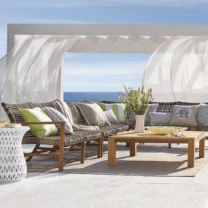 disposición de asientos al aire libre estilo lounge en un resort de playa