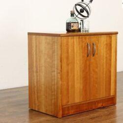 sauberer Holzbarschrank im traditionellen Stil der Mitte des Jahrhunderts